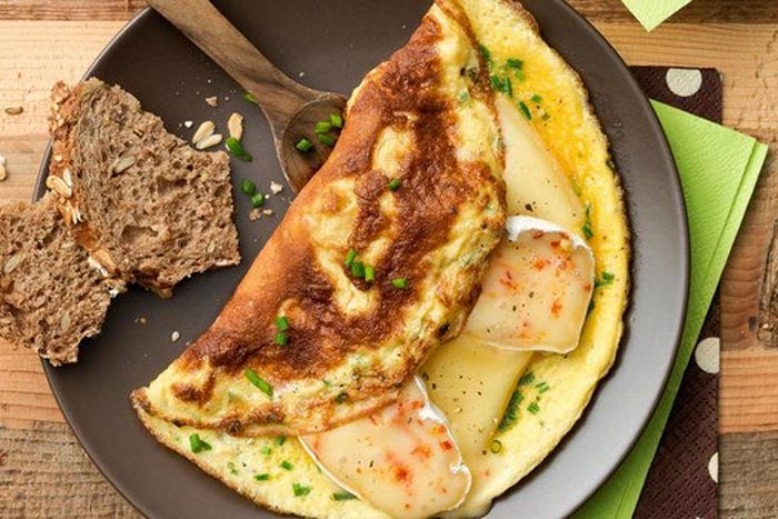 Omelette con brie, erba cipollina e paprica dolce