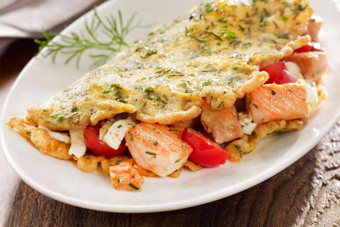 Omelette con trancio di salmone fresco, pomodori, mozzarella e finocchietto selvatico