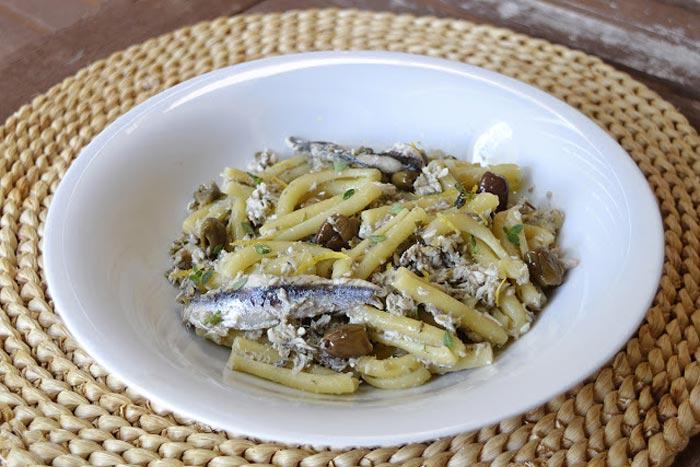 Casarecce con ragù di acciughe, capperi, olive e limone