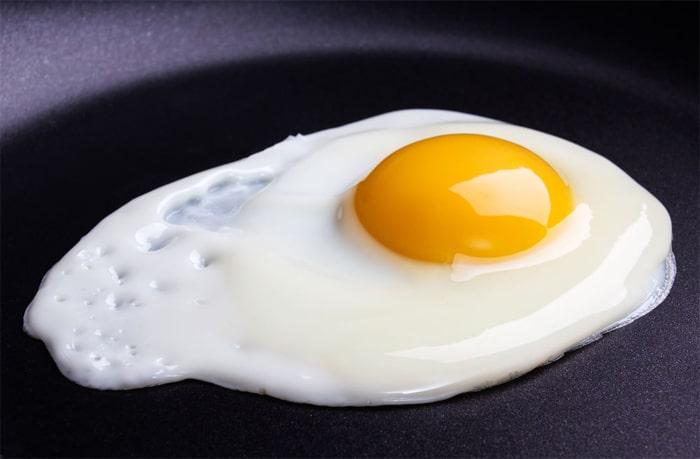 Uovo al tegamino nella sua essenziale perfezione