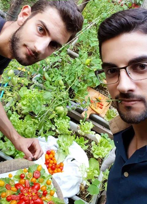 Mariano (a sinistra) e Vincenzo (a destra), realizzatori del pollaio