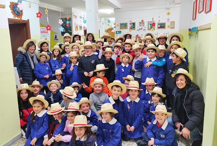Foto di gruppo insegnanti e alunni alla fine del progetto