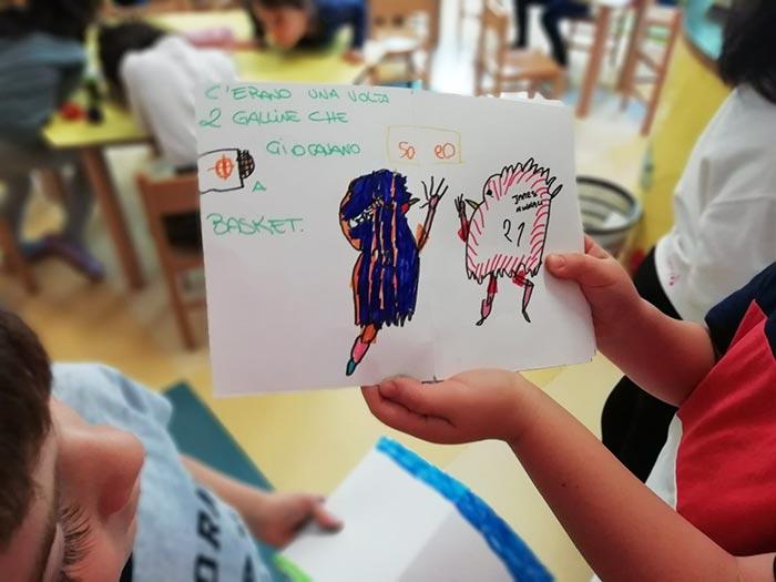 Bambini inventano storie e disegni con protagoniste le galline