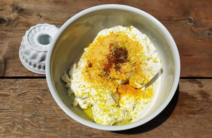 Gli ingredienti del pudding tutti assieme da amalgamare