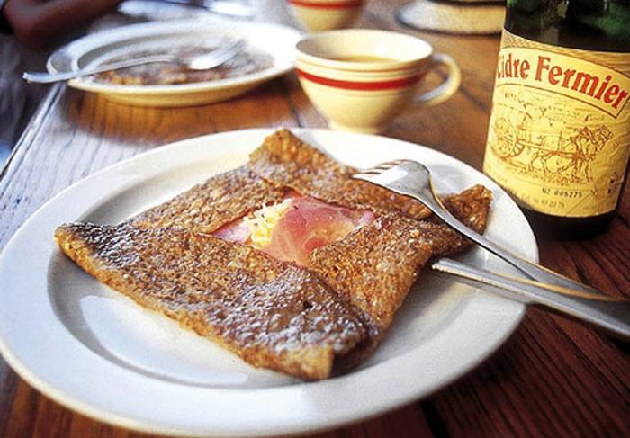 La tradizionale Galette bretonne accompagnata con il tradizionale succo di mela fermentato