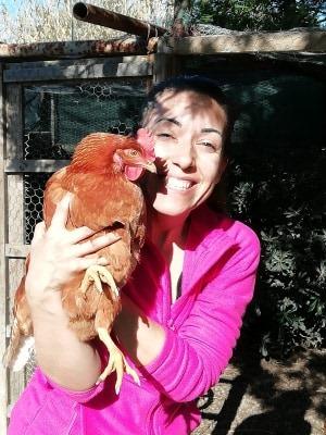 Loredana con una delle sue galline