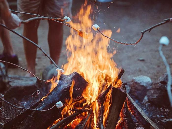 Il tradizionale raduno attorno al fuoco del 30 Agosto: National Toasted Marshmallow Day