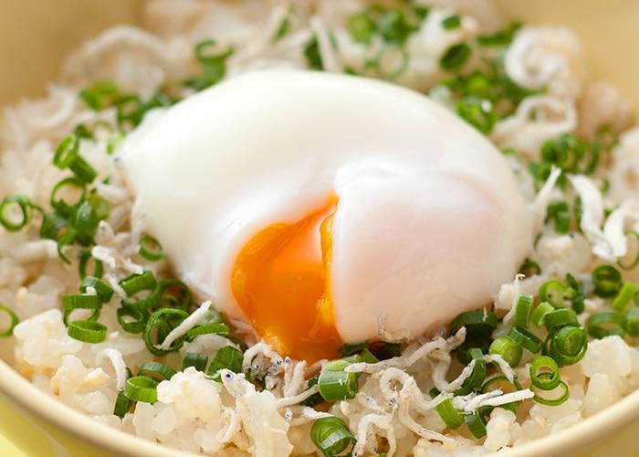 Onsen Tamago con riso al vapore, cipollotto fresco e salsa di soia