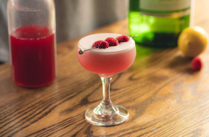 Clover club: cocktail all'uovo (ricetta con solo albume)