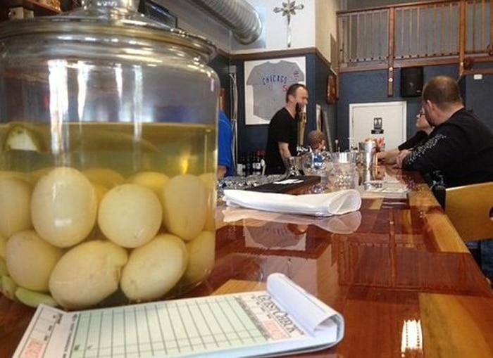 Pickled Eggs nel tipico barattolo di vetro da bancone di pub e taverne