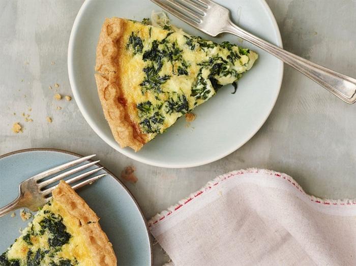 Quiche Lorraine vegetariana con Emmental, cipolla e spinaci