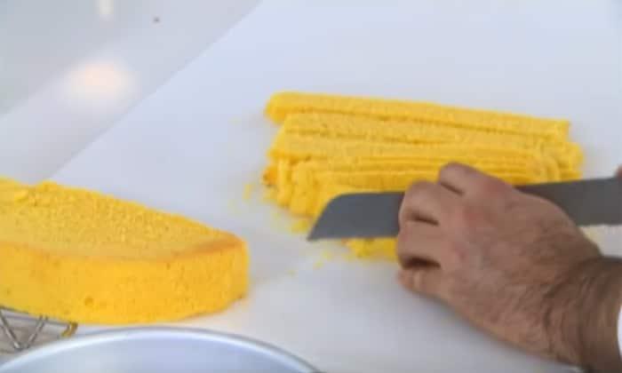 Il taglio del pan di spagna a fettine sottili