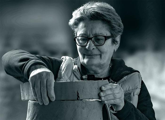 Francesca Pastore e la costruzione al colombino di una delle sue galline