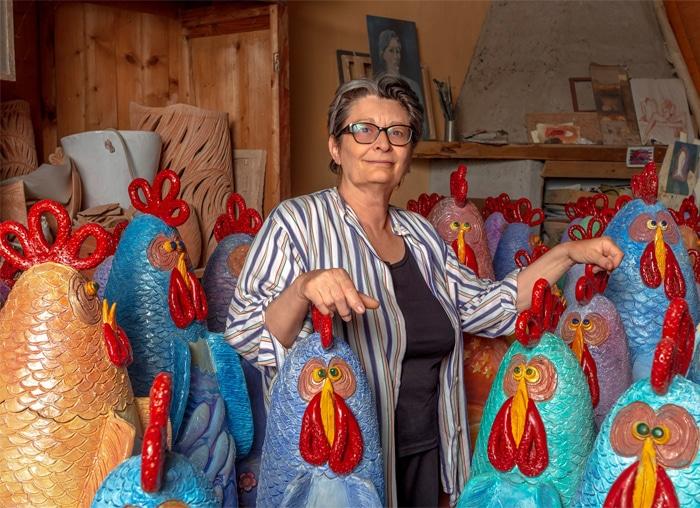 Francesca Pastore nel suo fantastico pollaio di galline in ceramica