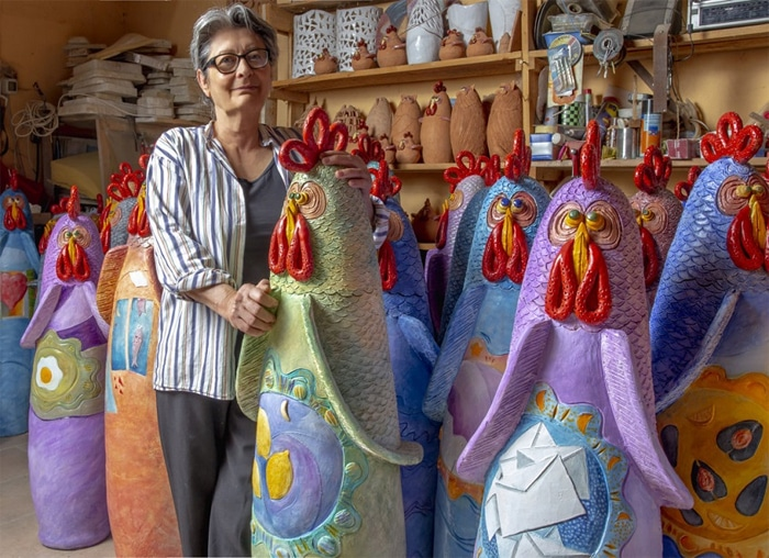 Francesca Pastore con alcune delle sue 100 galline