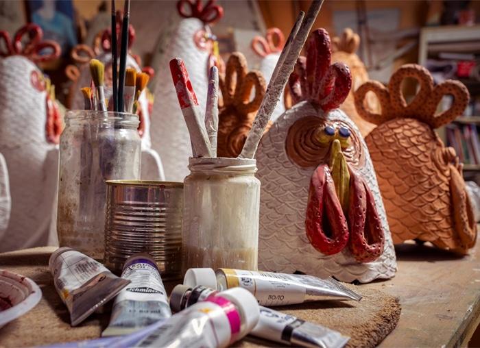 La fase di pittura (decorazione policromatica) delle galline