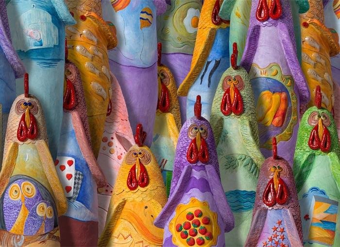 Alcune delle splendide galline di terracotta realizzate da Francesca Pastore