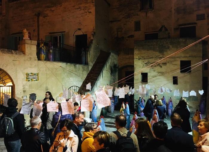 I visitatori della installazione tra i vicoli di Matera