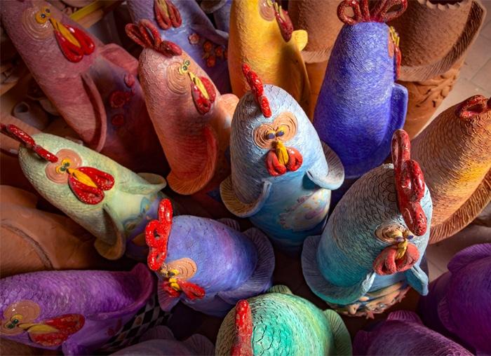 Alcune delle tante galline in terracotta realizzate da Francesca Pastore