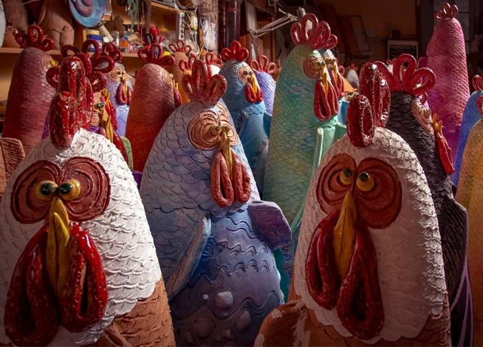 Il pollaio artistico popolato dalle 100 galline di Francesca Pastore