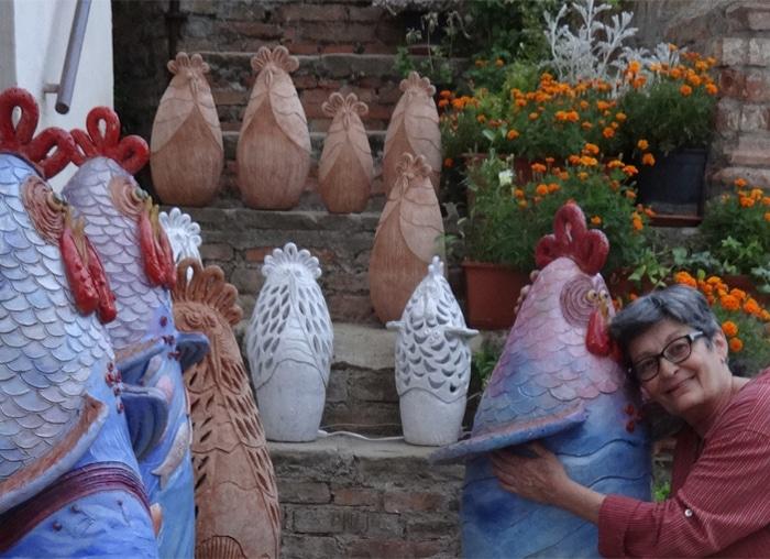 Francesca Pastore abbraccia una delle sue galline a Matera