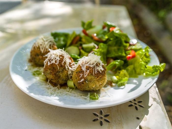 Canederli asciutti serviti come piatto unico con un'insalatina fresca di accompagnamento